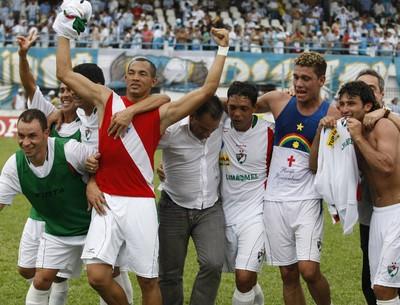 """Salgueiro, do atacante paraense Beá (com a camisa vermelha"""", comemora a vitória na Curuzu (Foto: Marcelo Seabra/O Liberal)"""