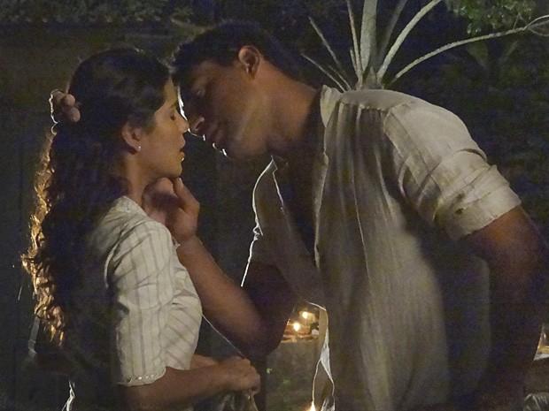 Chico quase consegue um beijo de Gilda (Foto: Lado a Lado/TV Globo)