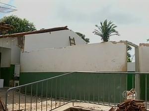 Teto de sala desabou minutos antes da aula (Foto: Reprodução/TV Anhanguera)