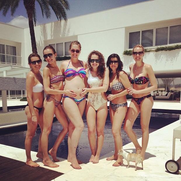 Ana Hickmann e amigas na piscina (Foto: Instagram / Reprodução)