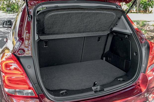 Porta-malas de apenas 306 litros (declarados) equivale ao de hatches compactos (Foto: Marcos Camargo/Autoesporte)