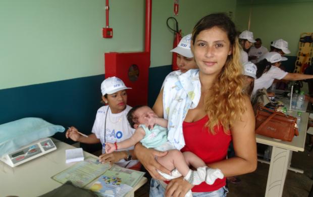 Mãe e filha aproveitaram os serviços de saúde e cidadania, da Ação Global (Foto: Onofre Martins/Rede Amazônica)