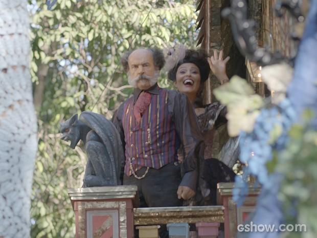 Epa e Catarina se surpreendem com chegada da banda (Foto: Meu Pedacinho de Chão/TV Globo)