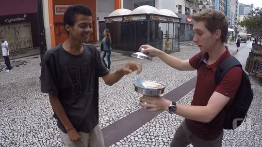 Em 'truque solidário', mágico distribui sanduíches e café a moradores de rua