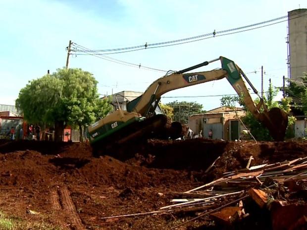 Trator derruba ocupação irregular em área às margens do Anel Viário Sul de Ribeirão Preto (Foto: Reprodução/ EPTV)