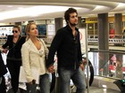 De mãos dadas, Paloma Duarte e Bruno Ferrari circulam no aeroporto