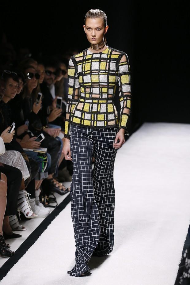 Karlie Kloss desfila para Balmain na semana de moda de Paris (Foto: AFP)