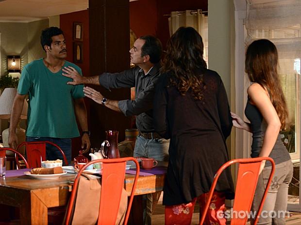 Jairo fica furioso com Giomar e tenta partir pra cima da empregada (Foto: Raphael Dias / TV Globo)