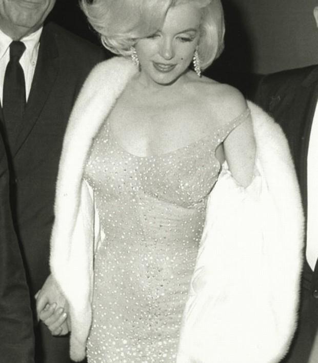 Marilyn Monroe usando o vestido que será leiloado (Foto: Reprodução)