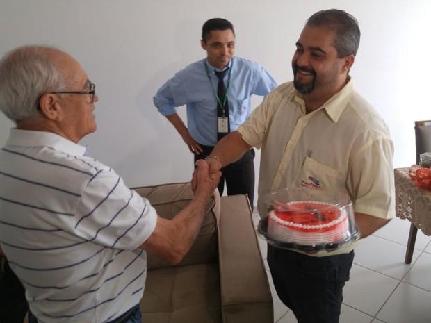 Além da aliança, Pedro também ghanhou um bolo e um buquÊ de flores como presente de casamento (Foto: Jomar Bellini/G1)