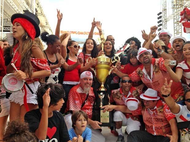 Integrantas da Acadêmicos da Asa Norte com o troféu de campeã do canaval do Distrito Federal de 2013 (Foto: Heloisa Fávaro/G1)