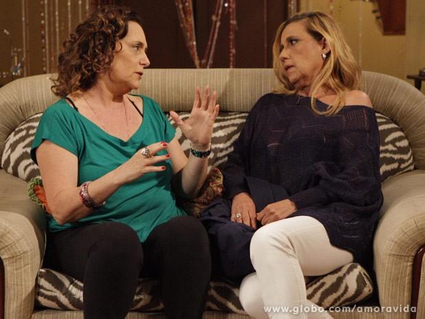Márcia bate um papo com Rita no sofá (Foto: Amor à Vida / TV Globo)
