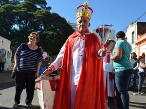 Derrubada é lidera há 42 anos pelo rei da Congada Caetano Provenzano (Foto: Thomaz Fernandes/G1)