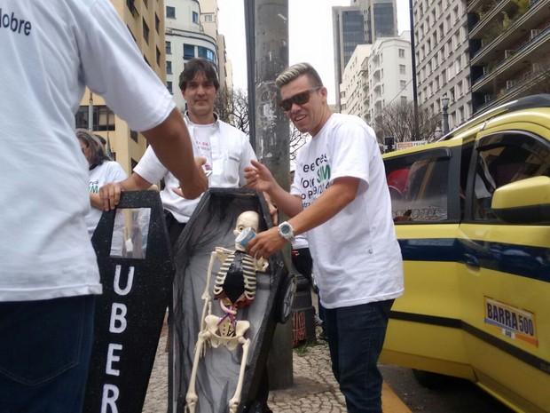 Taxistas protestam contra Uber em frente à Câmara dos Vereadores (Foto: Roney Domingos/G1)