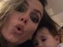 Deborah Secco posa fazendo biquinho com a filha e bebê dá show de fofura