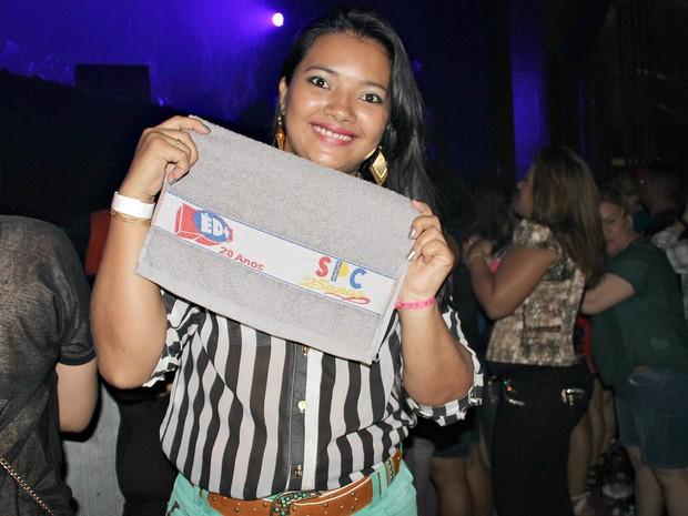 Fã das duas bandas, Thaís Bandeira conseguiu uma toalha de um integrante da banda Só Pra Contrariar (Foto: Indiara Bessa)