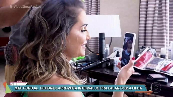 Deborah Secco conversa com Maria Flor no intervalo de ensaio fotográfico (Foto: TV Globo)
