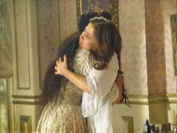 Laura fica aliviada com a presença de Isabel (Foto: Lado a Lado / TV Globo)