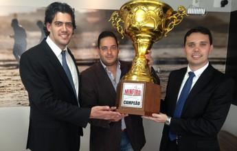 Tupynambás recebe taça de campeão da Segunda Divisão do Mineiro
