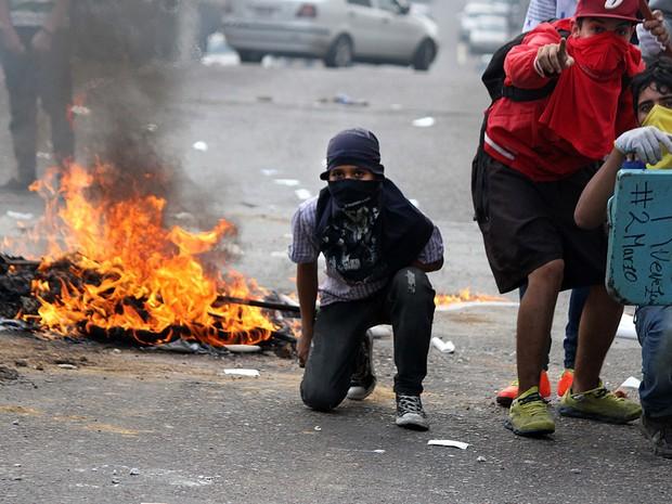 Estudantes na cidade de San Cristóbal durante protesto contra redução de poderes do Parlamento na Venezuela (Foto: George Castellano/AFP)