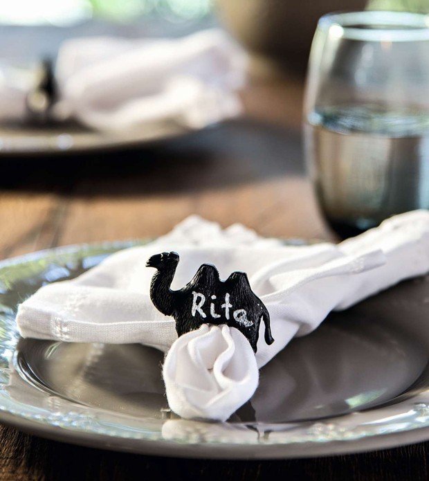 Camelo com dupla utilidade: faz o papel do anel de guardanapo e serve como marcador de lugar, com a ajuda de uma caneta de tinta branca. Pratos e copo Camicado (Foto: Cacá Bratke/Editora Globo)