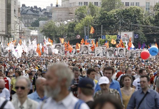 Manifestantes vão às ruas contra Vladimir Putin nesta quarta-feira (12) em Moscou, na Rússia (Foto: Reuters)