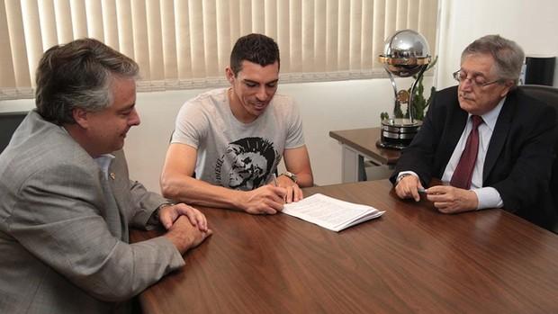 Lúcio assina seu contrato no CT  (Foto: Site oficial do São Paulo FC)