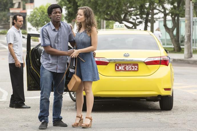 JF tenta socorrer a namorada após acidente de carro (Foto: Felipe Monteiro / Gshow)
