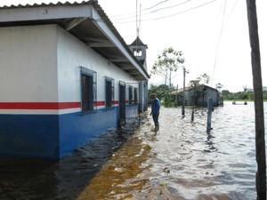 Escola Municipal localizada na comunidade rural São Francisco de Paratarizinho, invadida pela água (Foto: Divulgação/Seduc)