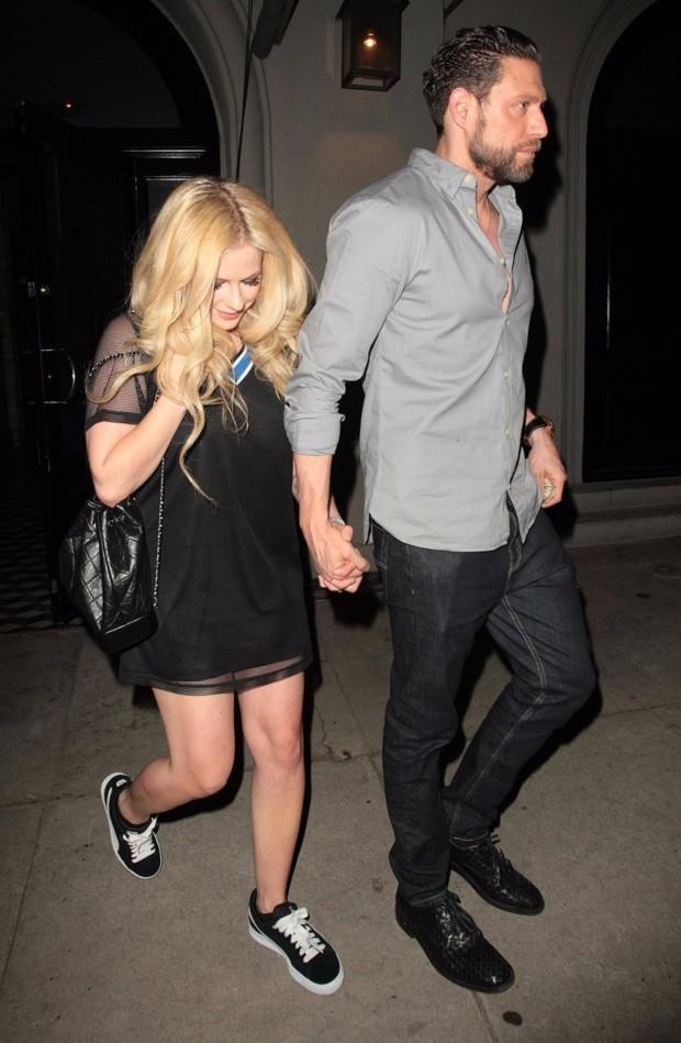 Avril Lavigne e o suposto namorado, J.R. Rolem (Foto: BackGrid)