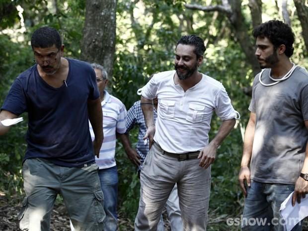 Diretor André Câmara ensaia com Alexandre Nero e Thiago Rodrigues em clima de descontração (Foto: Inácio Moraes/TV Globo)