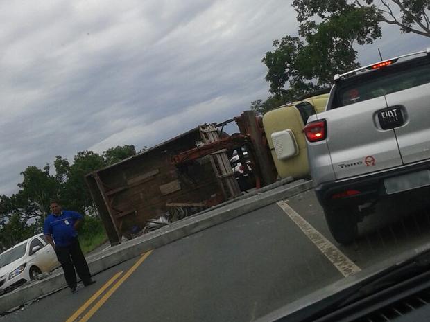 Caminhão carregado com postes de concreto tombou na MT-251 (Foto: Robson Figueiredo/Arquivo Pessoal)