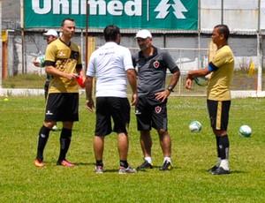 Após treino, comissão técnica do Belo se reúne com zagueiro Plínio (Foto: Lúcia Ribeiro/G1)