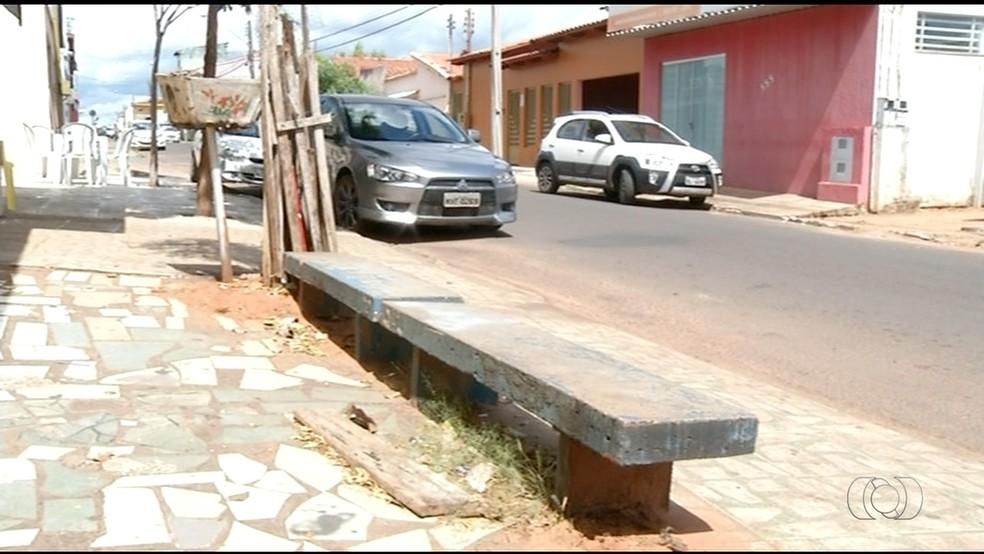 Ponto de ônibus não tem cobertura a (Foto: TV Anhanguera/Divulgação)