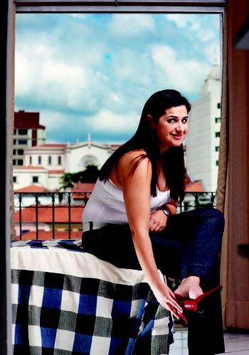 O SALTO DOS SONHOS Fernanda, vítima jovem de um AVC, com o sapato que sonhava calçar em 2010 para ir à quadra da Mangueira. Ela ainda não samba, mas já consegue se equilibrar sobre um saltinho baixo  (Foto: Editora Globo)