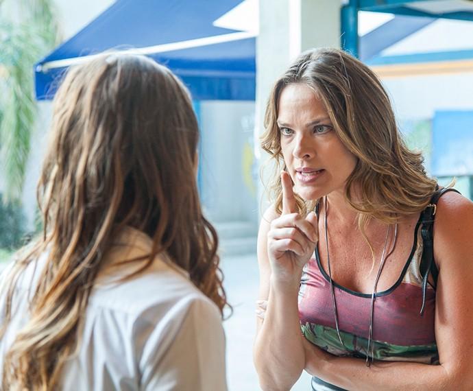 Monique dá encarada na filha (Foto: Artur Menineia/Gshow)