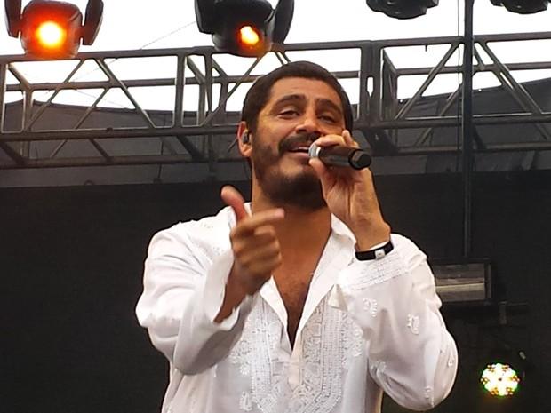 Criolo canta pelas vítimas da lama (Foto: Raquel Freitas/G1)