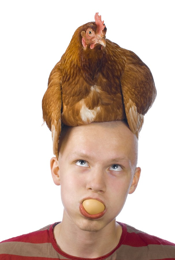 Man with hen on the head and egg in mouth (Foto: Getty Images/iStockphoto)