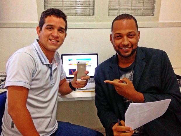 Marco Aurélio com um de seus clientes que alugou um iPhone 5 (Foto: Arquivo pessoal/Marco Aurélio Costa)