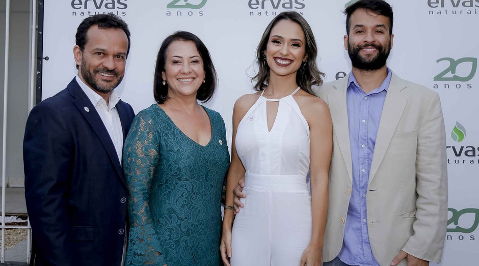 Zilma (azul), dona da Ervas Naturais, na companhia do marido e dos filhos, que também atuam na empresa (Foto: Divulgação)