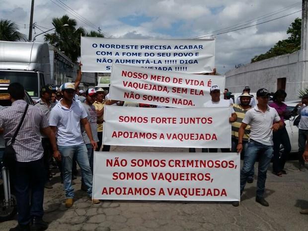 Manifestantes levantaram cartazes criticando a decisão da Justiça (Foto: Marlon Costa/Pernambuco Press)