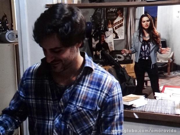 Leila sobe nas tamancas e briga com Thales (Foto: Amor à Vida / TV Globo)