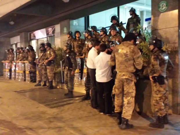 Militares fazem bloqueio na entrada do prédio da Urbel (Foto: Humberto Trajano/G1)