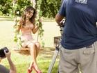 Com pernas de fora, Paula Fernandes grava campanha de calçados