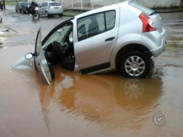 """Carro ficou parcialmente """"engolido"""" por buraco aberto no meio da rua. Rio Preto (Foto: Reprodução / Divulgação)"""