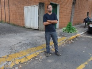 Paulo em uma das vagas onde estacionou em Piracicaba (Foto: Eduardo Guidini/G1)