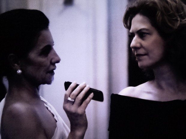Gilda mente para Angela e não conta que dossiê está com Bernardo (Foto: O Rebu / TV Globo)