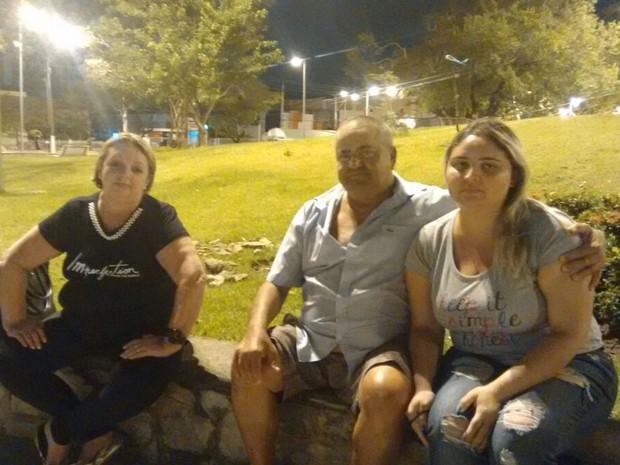 Fãs do ator Domingos Montagner esperam chegada do corpo ao IML de Aracaju (Foto:  Priscilla Bitencourt/TV Sergipe)