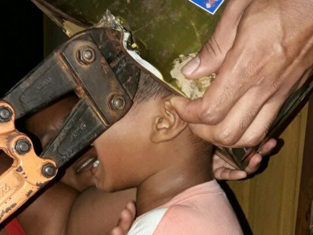 Menino ficou entalado ao colocar lata de tinta na cabeça no interior do Acre  (Foto: Divulgação/Corpo de Bombeiros)