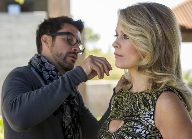 Fernando Torquatto acerta detalhes da caracterização de Cláudia Abreu (Foto: Divulgação/TV Globo)